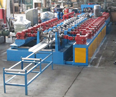 Full automatic quick-change Z purlin roll forming machine